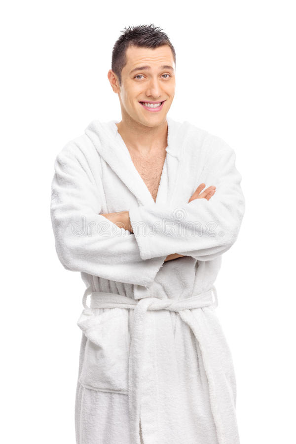 Het vrolijke jonge kerel stellen in een witte badjas stock foto's