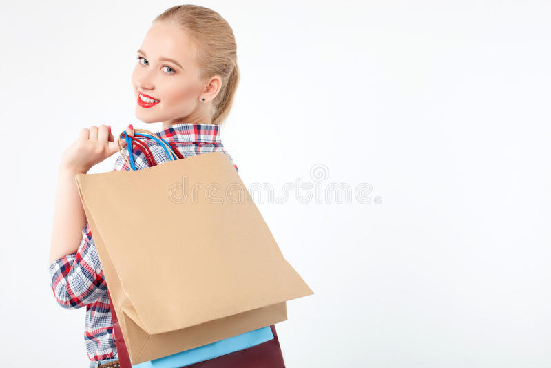 Het vrolijke jonge meisje koopt in boutique stock afbeeldingen