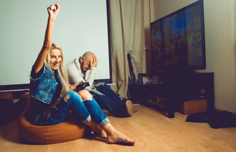 Het vrolijke jonge mooie meisje heeft een computerspel van haar B gewonnen royalty-vrije stock afbeeldingen