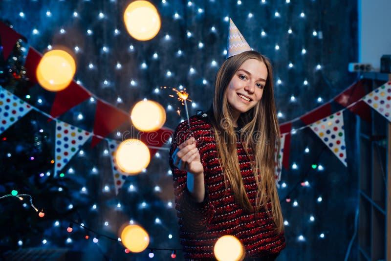Het vrolijke jonge sterretje van de vrouwenholding ter beschikking Het nieuwe jaar van Kerstmis royalty-vrije stock foto