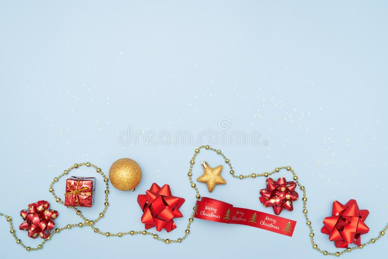 Het vrolijke Kerstmisconcept, giftendozen of stelt dozen met rode bogen, ster en bal op blauwe achtergrond voor stock foto's