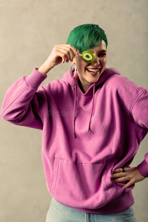 Het vrolijke knappe vrouw spelen met een lolly royalty-vrije stock foto's