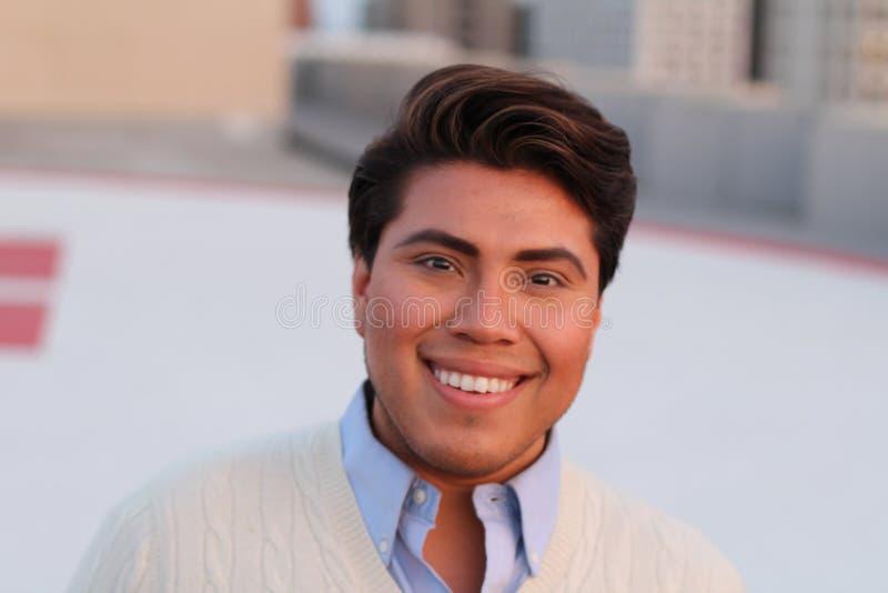 Het vrolijke Latijnse jonge mannelijke glimlachen royalty-vrije stock foto's