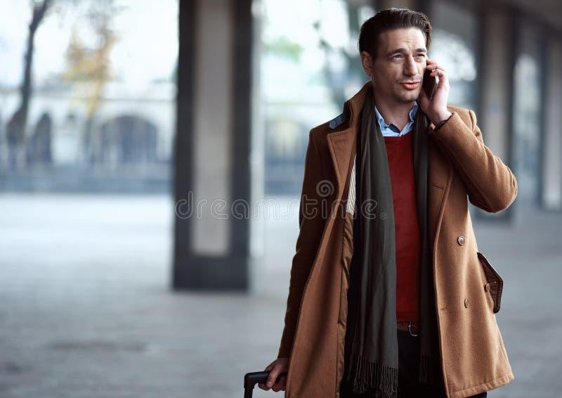 Het vrolijke mannelijke vertellen telefonisch royalty-vrije stock afbeeldingen