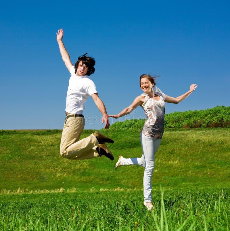 Het vrolijke meisje en de jongen springen royalty-vrije stock fotografie