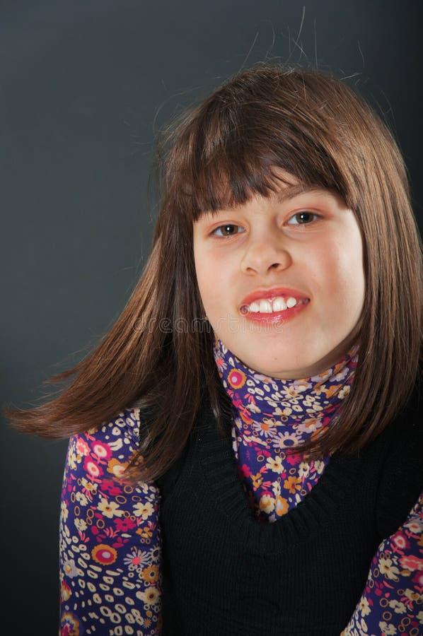 Het vrolijke meisje glimlachen stock afbeelding