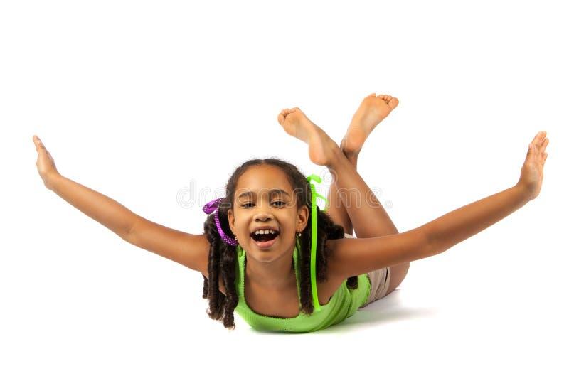 Het vrolijke meisje ligt op de vloer stock afbeeldingen