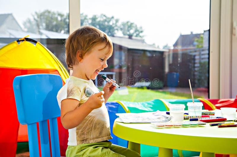 Download Het Vrolijke Meisje Schilderen Stock Foto - Afbeelding bestaande uit embellish, spontaan: 39106508