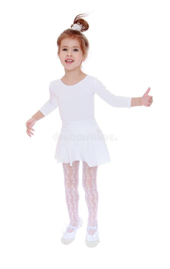 Het vrolijke meisje springt hoog royalty-vrije stock foto