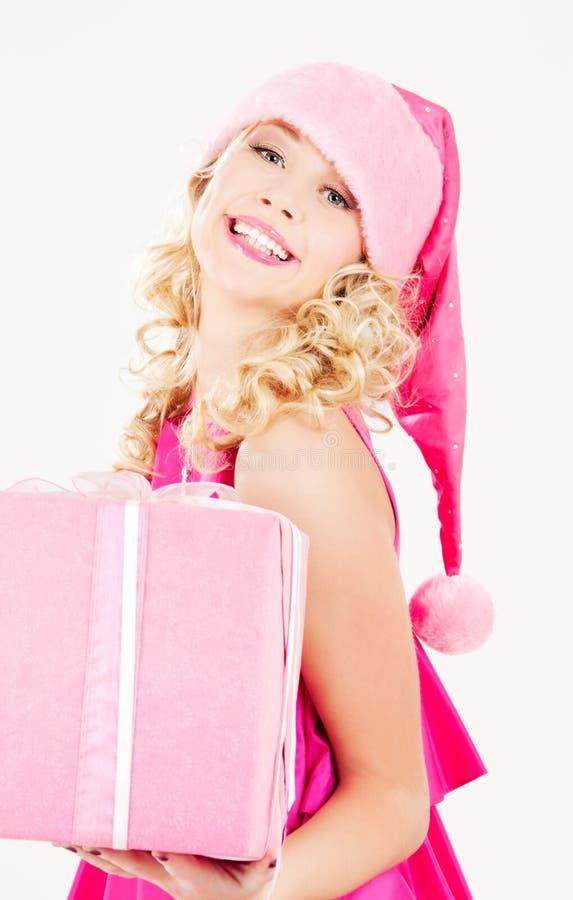 Het vrolijke meisje van de santahelper met giftdoos stock foto