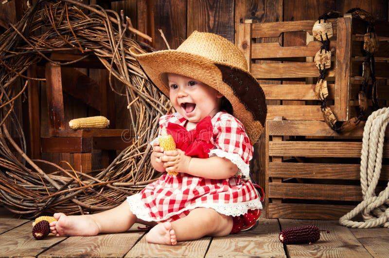 Het vrolijke meisjeskind kleedde zich in de stijl van het land stock afbeeldingen