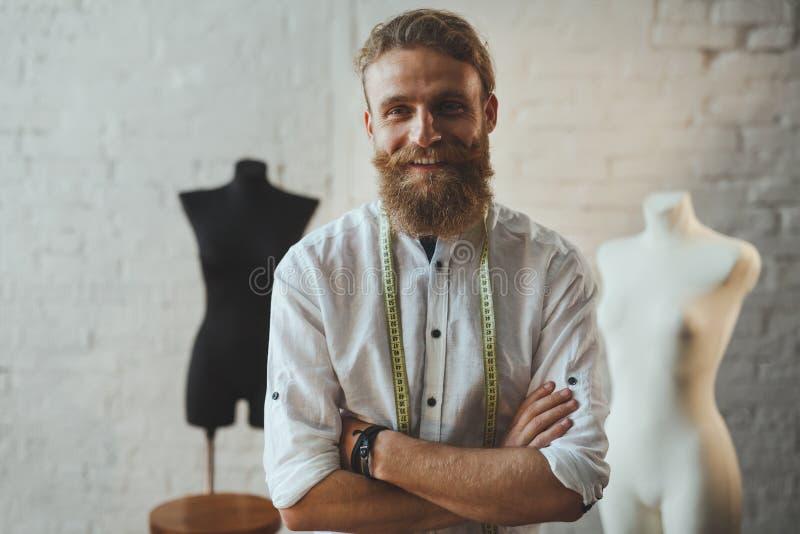 Het vrolijke naaister stellen in woonkamer royalty-vrije stock foto's