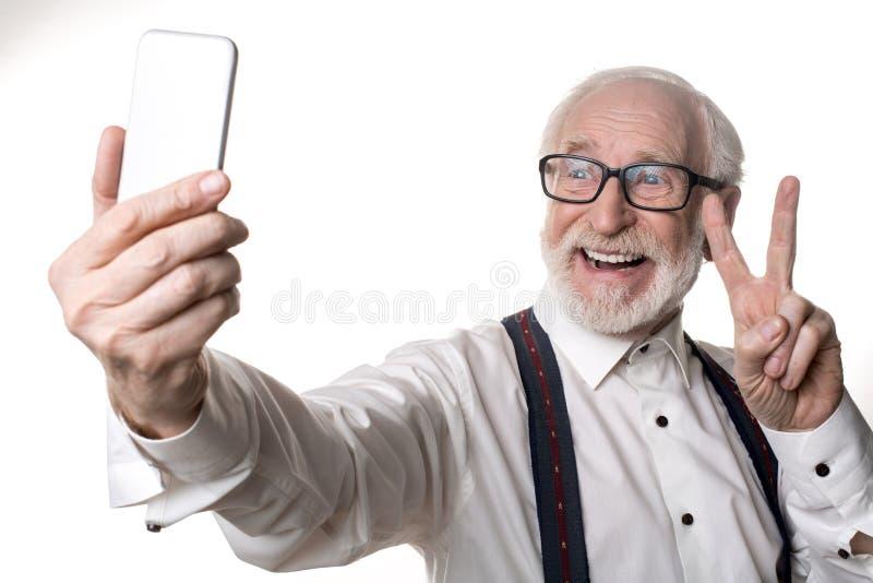 Het vrolijke oude mens stellen op camera stock foto