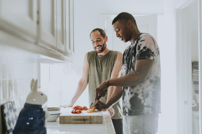 Het vrolijke paar koken in de ochtend royalty-vrije stock afbeelding