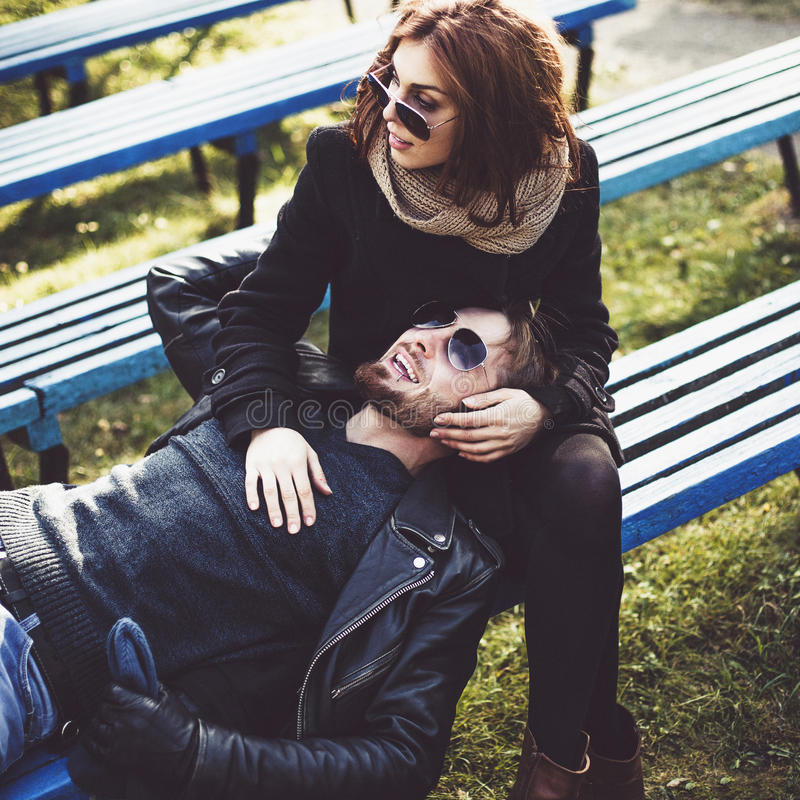 Het vrolijke paar ontspannen in het park royalty-vrije stock fotografie