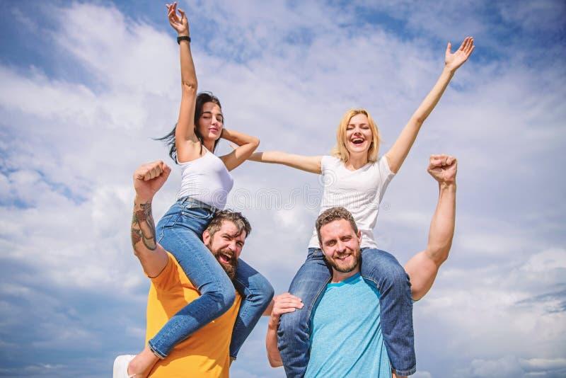 Het vrolijke paren dansen Vrienden die het openluchtfestival van de pretzomer hebben De mannen en de vrouwen genieten muziek van  stock foto's