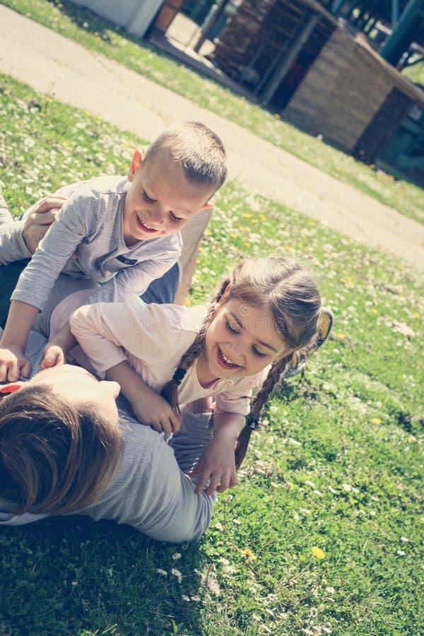 Het vrolijke vader spelen met zijn kinderen ` s royalty-vrije stock fotografie