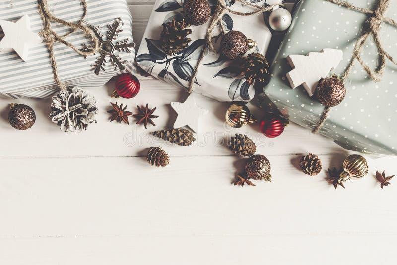 Het vrolijke vlakke Kerstmisconcept, legt modieus stelt en giftenwi voor royalty-vrije stock fotografie