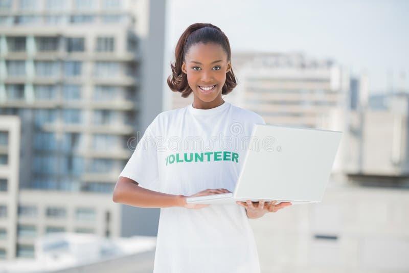 Het vrolijke vrijwilligers glimlachen bij camera royalty-vrije stock fotografie