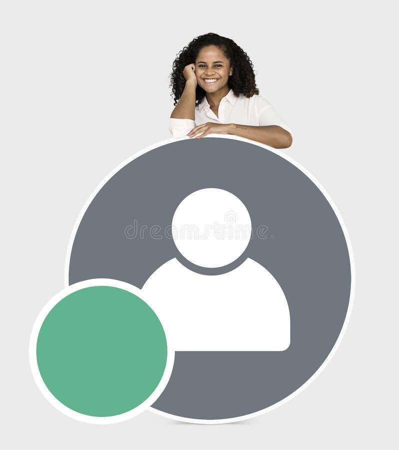 Het vrolijke vrouw tonen voegt het pictogram van de vriendengebruiker toe stock foto