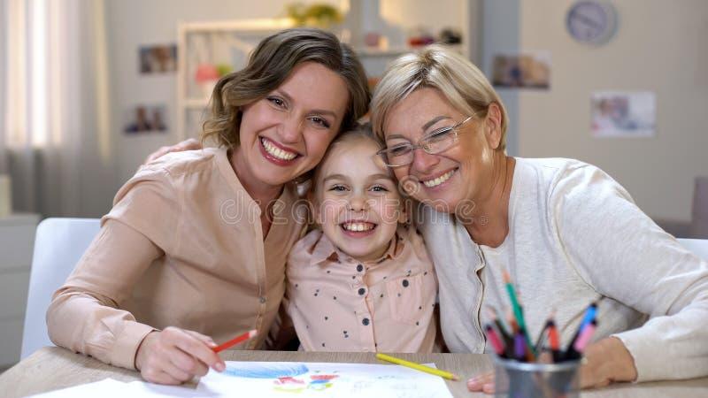 Het vrolijke wijfjes en meisjes omhelzen, kunsttherapie, inspiratie en creativiteit stock afbeeldingen
