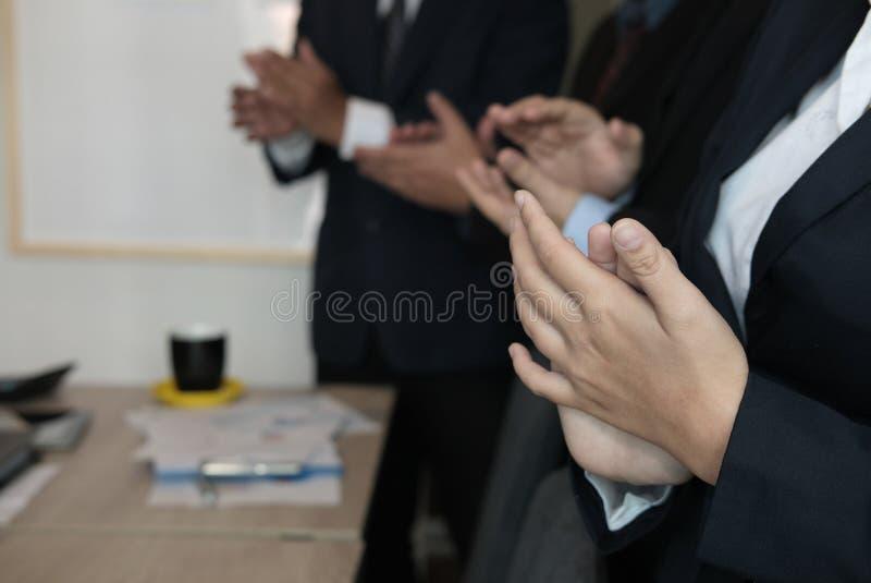 Het vrolijke zakenman toejuichen op conferentie Succesvolle busine stock fotografie