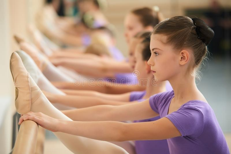 Het vrouwelijke balletdanser praktizeren in een dansstudio stock afbeeldingen
