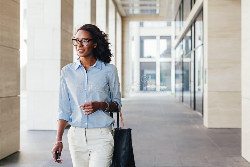Het vrouwelijke bedrijfs professionele buiten lopen stock fotografie