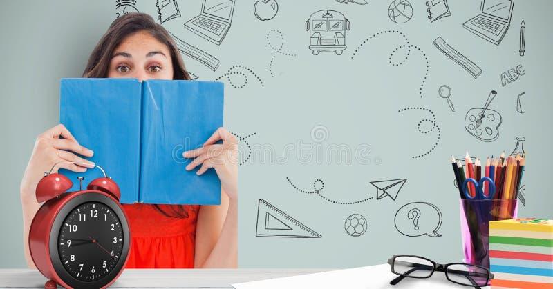 Het vrouwelijke boek van de studentenholding voor gezicht tegen grafiek stock afbeelding
