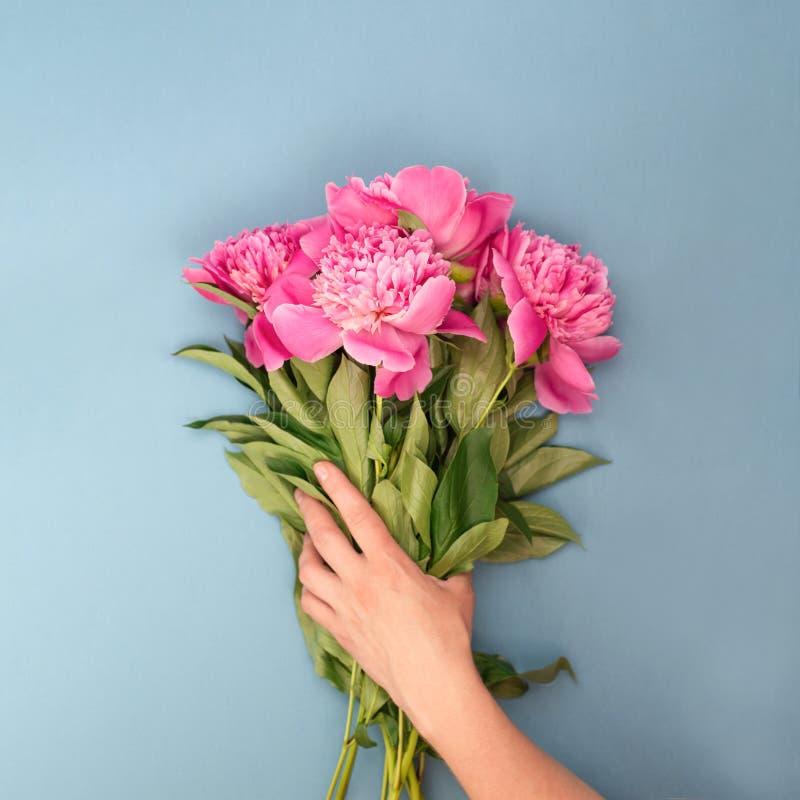 Het vrouwelijke boeket van de handholding van bloemen royalty-vrije stock afbeeldingen