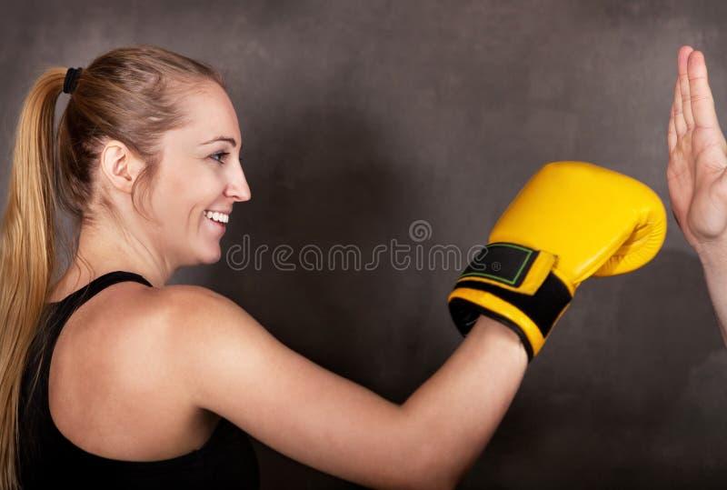Het vrouwelijke bokser praktizeren in de boksring royalty-vrije stock foto's