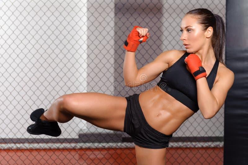 Het vrouwelijke bokser vechten in een ring royalty-vrije stock afbeeldingen