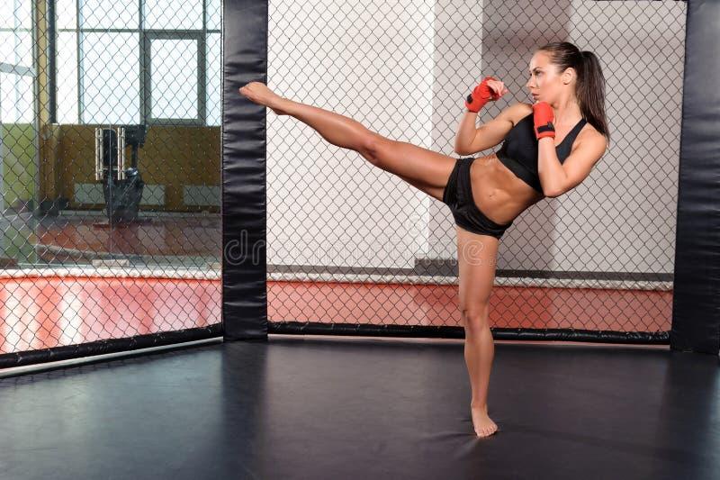 Het vrouwelijke bokser vechten in een ring royalty-vrije stock foto