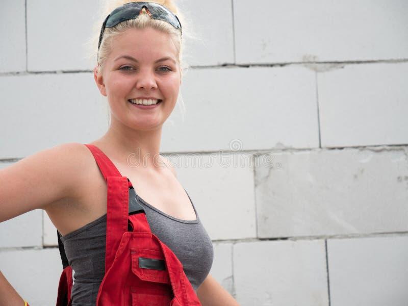 Het vrouwelijke bouwer werken bouwt nieuw huis royalty-vrije stock foto's
