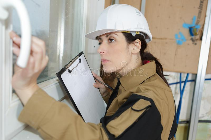 Het vrouwelijke bouwers superving werk stock foto