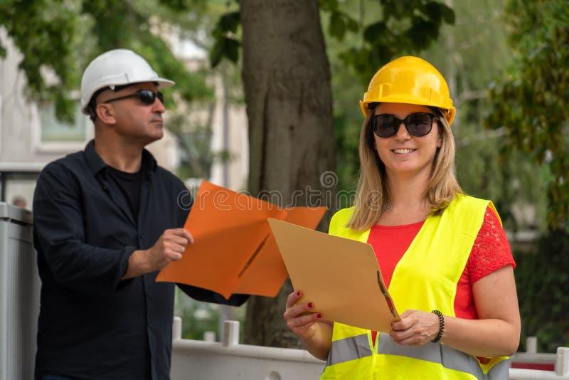 Het vrouwelijke bouwmanager stellen royalty-vrije stock afbeelding