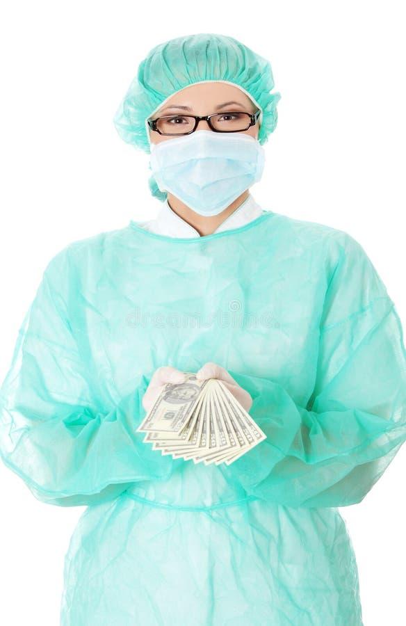 Het vrouwelijke chirurg geld van de artsenholding stock foto