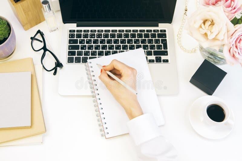 Het vrouwelijke Desktop schrijven stock afbeelding