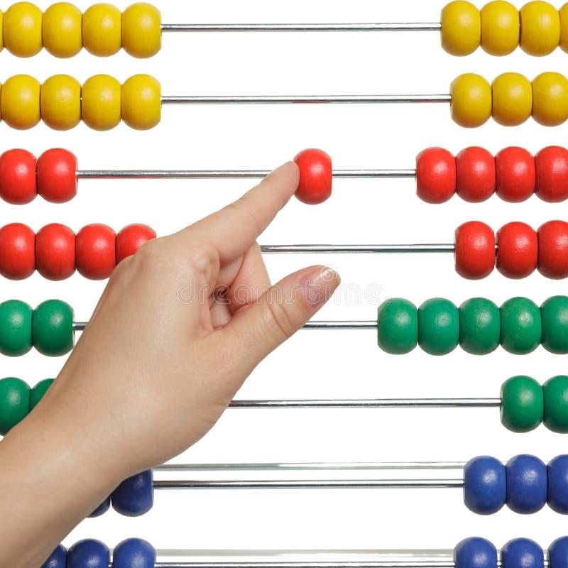 Het vrouwelijke die hand tellen op een abacaus op witte achtergrond wordt geïsoleerd Wiskunde, zaken en schoolconcept stock afbeeldingen