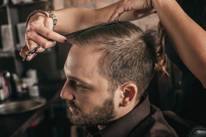 Het vrouwelijke haar van het kapperkapsel van de mens royalty-vrije stock afbeelding
