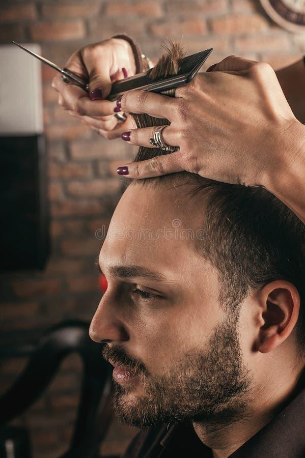 Het vrouwelijke haar van het kapperkapsel van de mens royalty-vrije stock foto's