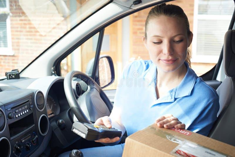 Het vrouwelijke Huis van KoeriersIn Van Delivering Package To Domestic royalty-vrije stock afbeelding