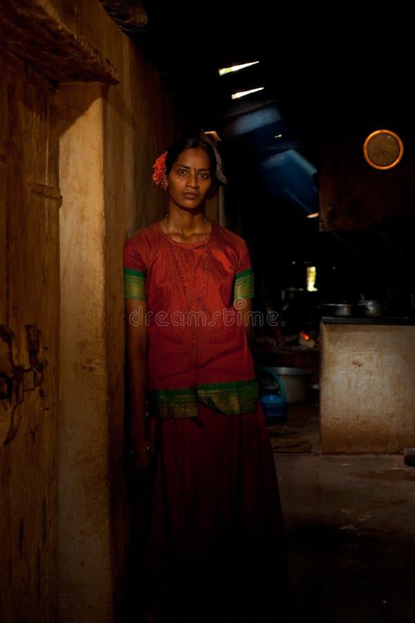 Het vrouwelijke Indische Restaurant van de Serveerster van de Arbeider van de Dorpsbewoner stock foto