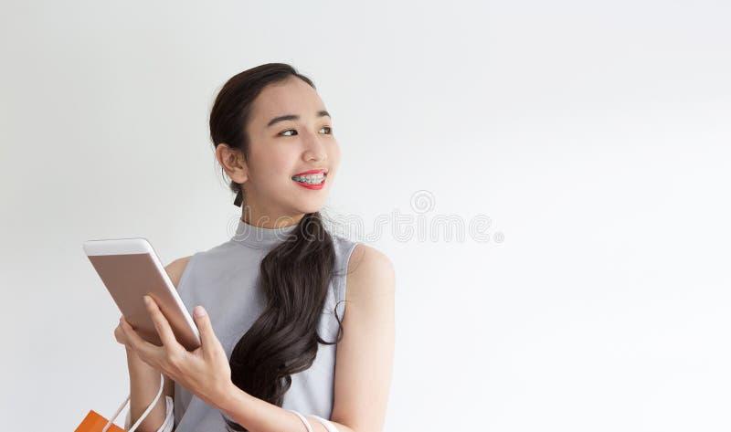 Het vrouwelijke kopen online met tablet Gelukkige dame die in sh koffie betalen royalty-vrije stock afbeelding