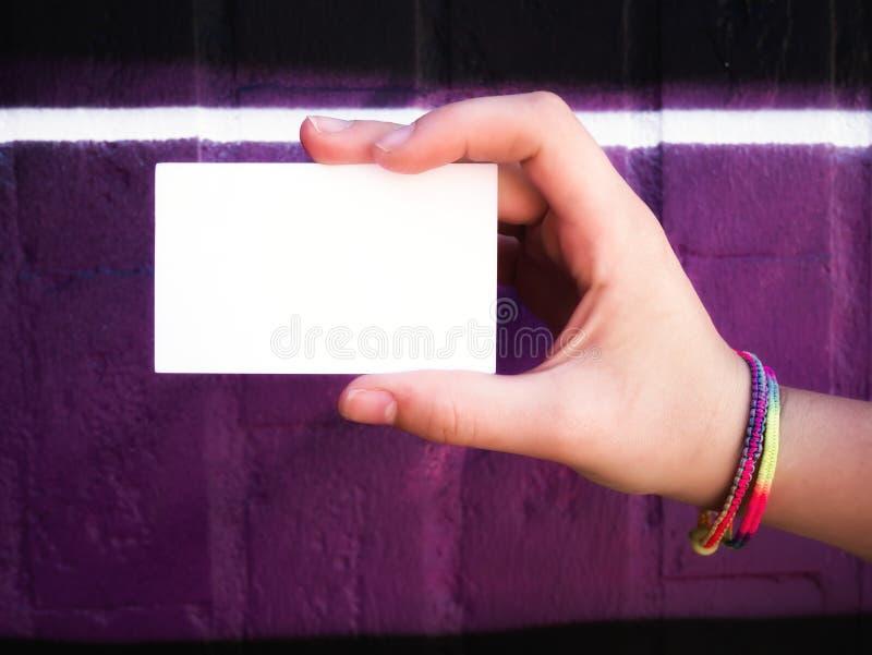 Het vrouwelijke lege witte adreskaartje van de handholding stock afbeelding