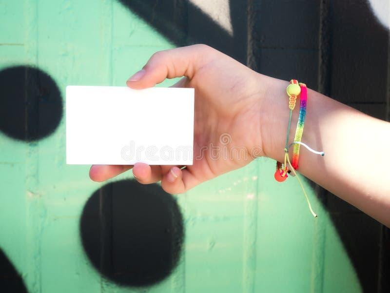 Het vrouwelijke lege witte adreskaartje van de handholding royalty-vrije stock afbeelding