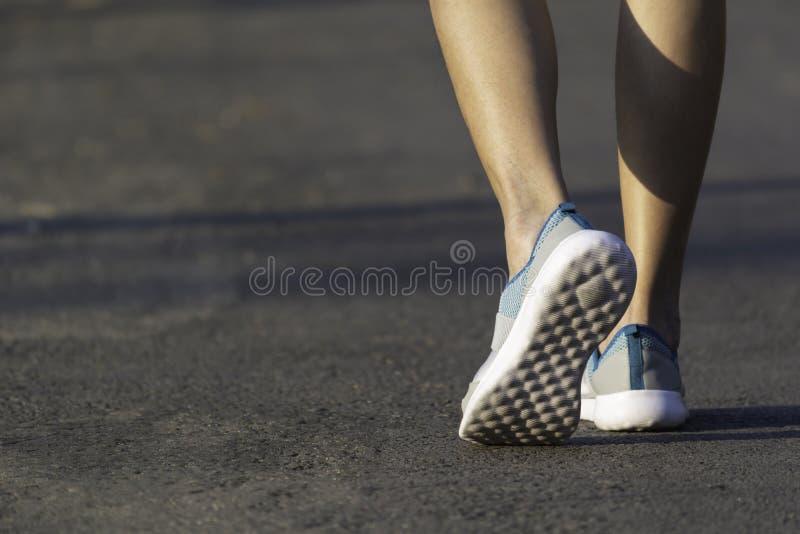 Het vrouwelijke lopen bij de ochtend voor opwarmingslichaam voor jogging en oefening stock afbeelding