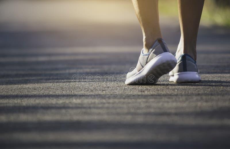 Het vrouwelijke lopen bij de ochtend voor opwarmingslichaam voor jogging en oefening royalty-vrije stock afbeelding