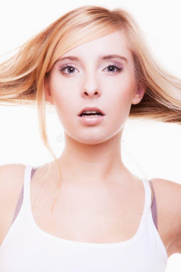Het vrouwelijke meisje van de gezichtstiener met lang blond recht haar royalty-vrije stock foto's