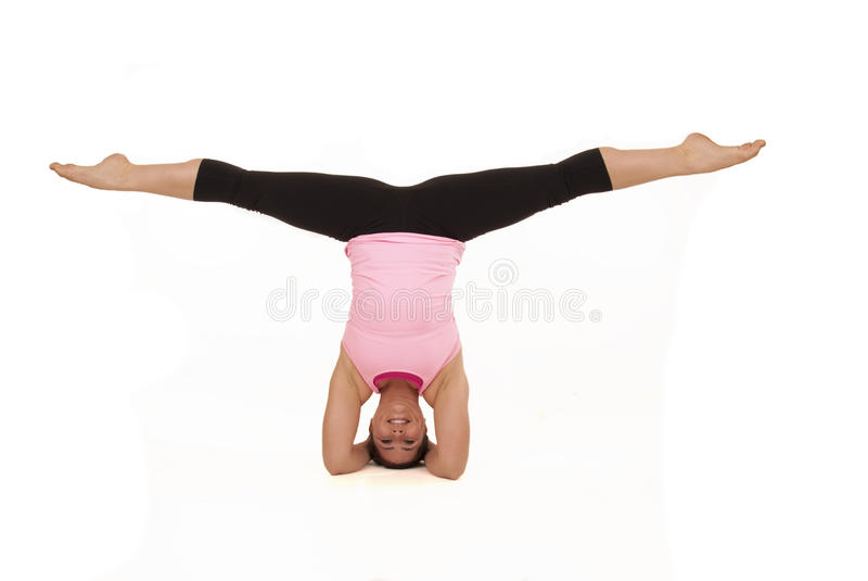 Het vrouwelijke model die yoga open hoek doen stelt in headstandspleten stock foto